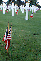 Francia Tombe al cimitero di guerra americano in Normandia Graves at the American cemetery in Normandy, France<br /> bandiere americana e francese French and American flag