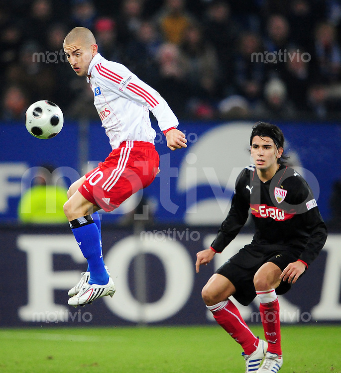 FUSSBALL   1. BUNDESLIGA   SAISON 2008/2009   10. SPIELTAG Hamburger SV - VfB Stuttgart          29.10.2008 Mladen PETRIC (li, Hamburg) gegen Serdar TASCI (re, Stuttgart)