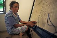 Tunisia, citt&agrave; di Kairouan, anziana tessitrice di tappeti davanti al telaio.<br /> Tunisia, the city of Kairouan, old carpet weaver in front of her loom.