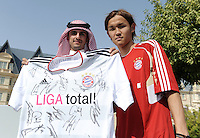 Fussball 1. Bundesliga:  Saison   2011/2012    Winter Trainingslager des FC Bayern Muenchen  03.01.2012 Takashi Usami (re, FC Bayern Muenchen) und einen katarischen FC Bayern Fan mit FC Bayern Trikot.