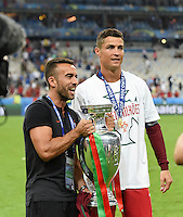 FUSSBALL EURO 2016 FINALE IN PARIS  Portugal - Frankreich          10.07.2016 Cristiano Ronaldo (re, Portugal) und Nike Marketing Manager Portugal, Ricardo Requfe (li) mit dem EM Pokal