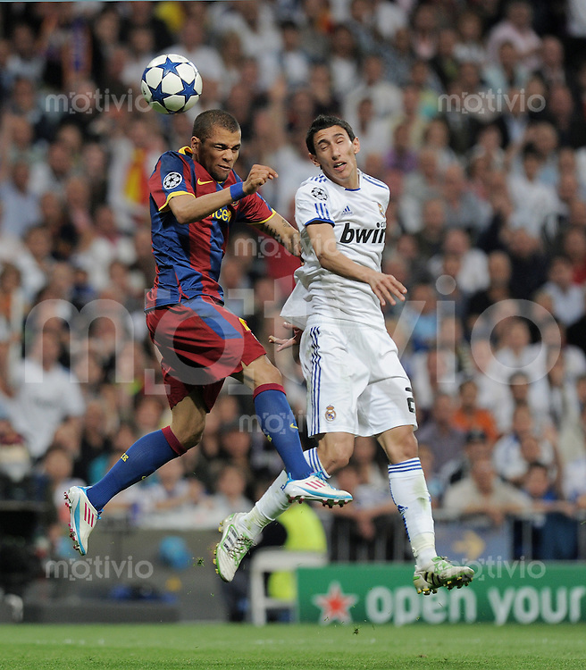 FUSSBALL   CHAMPIONS LEAGUE   SAISON 2010/2011   Halbfinale  27.04.2011 Real Madrid  -  FC Barcelona Daniel Alves  (li, Barca) gegen Angel Di Maria (Real Madrid)