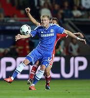 FUSSBALL  SUPERCUP  FINALE  2013  in Prag    FC Bayern Muenchen - FC Chelsea London          30.08.2013 Andre Schuerrle (FC Chelsea) vor Rafinha (FC Bayern Muenchen)