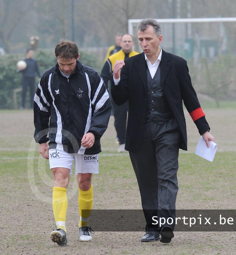 SC Wielsbeke : coach Drazen Kukuric in gesprek met Steven Wostyn (links)..foto David Catry / VDB