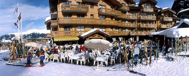 Station de Courchevel, terrasse d'un restaurant, Savoie. *** Village of Courchevel, people sitting at a restaurant terrace,  Savoie.
