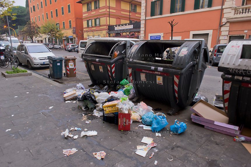 Roma 20 Dicembre 2014<br /> Rifiuti per la strada  in via Tiburtina al quartiere San Lorenzo.<br /> Rome December 20, 2014<br /> Waste on the street in Via Tiburtina to San Lorenzo district.