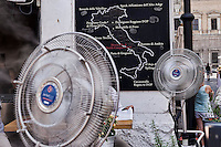 Roma, 22 Luglio 2015<br /> Ristoranti a Campo de Fiori con ventilatori e nebulizzatori d acqua per rinfrescare i clienti. Continua l'ondata di caldo con temperature che superano i 40 gradi.<br /> Rome, July 22, 2015<br /> Restaurants in Campo de Fiori with fans and water sprinklers to cool customers. Continue the heat wave with temperatures exceeding 40 degrees