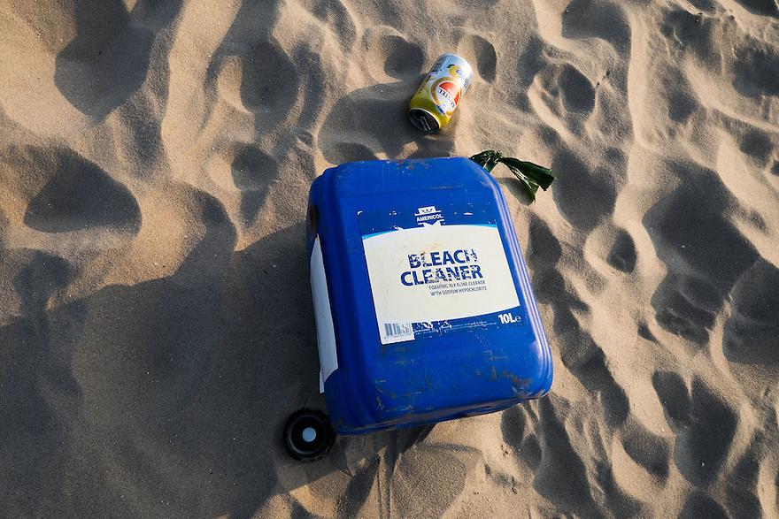 Nederland, Camperduin,  17 maart 2015<br /> Zwerfafval. Tankje met bleek middel aangespoeld op het strand. Strand aan de voet van de hondsbosse zeewering bij Camperduin.  <br /> Foto: (c) Michiel Wijnbergh