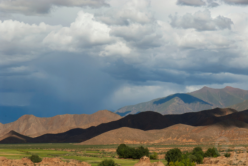 Dramatic Tibetan Landscapes between Lhasa and Lake Namtso, Tibet, China.<br /> The Tibetan Plateau, the average elevation exceeding 4,500 metres (14,800 ft), the Tibetan Plateau is sometimes called &quot;the Roof of the World&quot; and is the world's highest and largest plateau. China
