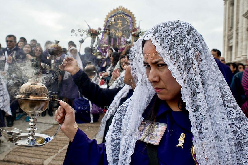 Roma 27 Ottobre 20013<br />  La comunit&agrave; peruviana festeggia, in processione dalla  Basilica di San Giovanni fino alla chiesa di Santa Maria degli Angeli,  il Signore dei Miracoli, o El Seor de los Milagros, come &egrave; noto in spagnolo, una processione religiosa che si svolge ogni anno.<br /> Senor de los Milagros procession from  the  St. John's  Basilica. -- The Peruvian community celebrates,  the Lord of Miracles, or El Seor de los Milagros as it is known in Spanish, a yearly religious procession.