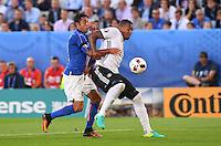 FUSSBALL EURO 2016 VIERTELFINALE IN BORDEAUX Deutschland - Italien      02.07.2016 Eder (li, Italien)  gegen Bastian Schweinsteiger (re, Deutschland)