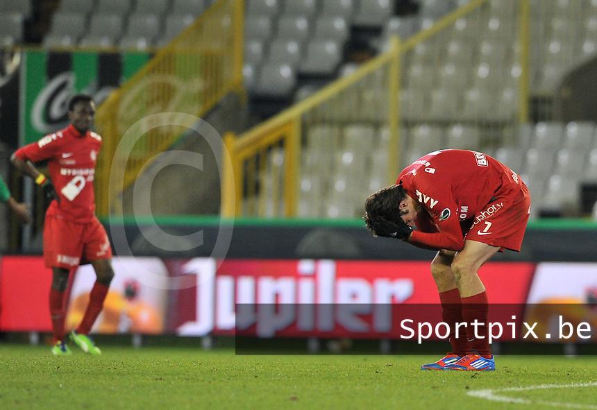 Cercle Brugge - KV Kortrijk : de ontgoocheling is groot bij Pablo Chavarria (rechts).foto VDB / BART VANDENBROUCKE