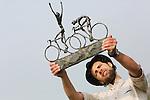 Foto: VidiPhoto<br /> <br /> DE BILT - Ter gelegenheid van de start van de Tour de France Utrecht in juli, wordt in het stadscentrum een Tourbeeld van de bekende kunstenaar Jits Bakker geplaatst. Hiermee gaat een lang gekoesterde wens van de vorig jaar juni overleden beeldhouwer in vervulling. Het kunstwerk met de naam De Tourrenners is al jaren geleden gemaakt door Bakker, in de hoop dat de gemeente Utrecht dit werk zou aanschaffen. Utrecht heeft namelijk al eerdere pogingen gedaan om de Tourstart binnen te halen. Dat mislukte steeds. Jits Bakker is 50 jaar verbonden geweest aan Utrecht. Na zijn studie aan de Grafische School in Utrecht ging hij in het nabijgelegen De Bilt wonen. Beelden van de internationaal bekende kunstenaar staan in veel wereldhoofdsteden. Een schaalmodel van De Toerrenners wordt donderdag officieel overhandigd aan het stadsbestuur door de zoon van Jits, Tibo van de Zand. Het beeld zelf komt in juli bij het Centraal Station en het nieuwe stadskantoor, in het hart van de stad. Vorig jaar ontving Jits Bakker postuum de Sport en Art Award van het IOC, als eerbetoon voor het verspreiden van de Olympische waarden en zijn betekenis voor de sport in Nederland. Zo ontwierp hij diverse internationale sportprijzen, waaronder meer de bekende Jaap Eden-sculptuur. Foto: Zoon Tibo toont het schaalmodel van De Tourrenners.