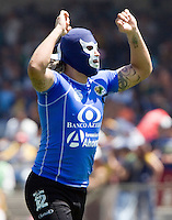 Chiapas Jaguares goalkeeper Omar Ortiz puts on a mask after his team scored the tie against UNAM Pumas during their soccer match at the University Stadium, April 02, 2006. UNAM Pumas won 2-1 to Chiapas Jaguares... Photo by © Javier Rodriguez