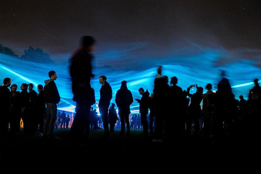 Nederland, Amsterdam, 12 mei 2015<br /> Kunstenaar Daan Roosegaarde heeft met een licht- / lasershow op het museumplein aangegeven tot waar het water zou staan als we geen dijken zouden hebben om Nederland tegen water te beschermen. Een paar duizend mensen kwam beleven hoe diep we in Amsterdam onder water staan.  Het project heet Waterlicht.  Het licht zit op het niveau van het NAP.<br /> Foto: Michiel Wijnbergh
