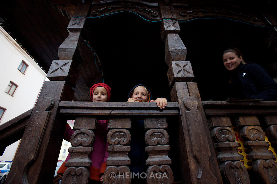 Derevnya Yegorkino (Russian restaurant). Kids at the entrance of the adhering hotel.