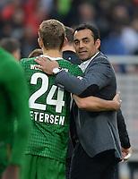 Fussball  1. Bundesliga  Saison 2013/2014  8. Spieltag VfB Stuttgart - SV Werder Bremen     05.10.2013 Trainer Robin Dutt (re, SV Werder Bremen) umarmt Torschuetze Nils Petersen (SV Werder Bremen) nach dem Spiel.
