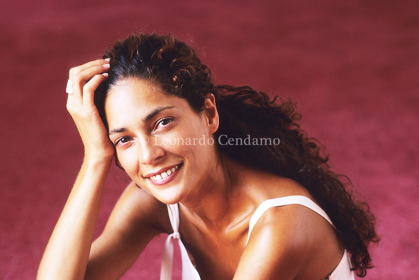Simona Cavallari è un'attrice italiana. Ha trovato la massima popolarità interpretando il ruolo del vice questore Claudia Mares in Squadra antimafia - Palermo oggi, serie TV alla quale ha preso parte dal 2009 al 2012. Lido (Venezia), settembre 1997. © Leonardo Cendamo