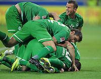FUSSBALL   1. BUNDESLIGA  SAISON 2011/2012   11. Spieltag   29.10.2011 1.FSV Mainz 05 - SV Werder Bremen JUBEL SV Werder Bremen; Sokratis Papastathopoulos (Mitte) umarmt Torschuetze zum 1-2 Aaron Hunt (unten)