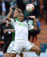 FUSSBALL   1. BUNDESLIGA   SAISON 2012/2013    30. SPIELTAG SV Werder Bremen - VfL Wolfsburg                          20.04.2013 Naldo (VfL Wolfsburg) sichert vor Nils Petersen (hinten, SV Werder Bremen)