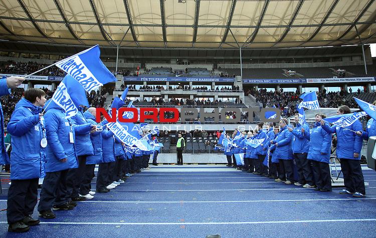 30.11.2013, OLympiastadion, Berlin, GER, 1.FBL, Hertha BSC vs FC Augsburg, im Bild Spalier der Ehrenamtlichen Helfer<br /> <br />               <br /> Foto &copy; nph /  Schulz