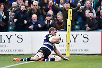 Stuart Hooper of Bath Rugby dives for the try-line. Aviva Premiership match, between Bath Rugby and Exeter Chiefs on October 17, 2015 at the Recreation Ground in Bath, England. Photo by: Patrick Khachfe / Onside Images