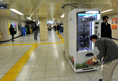January 20, 2011, Tokyo, Japan - A commuter buys packed pre-cut pieces of apple from a dispenser at a subway station in Tokyo on Thursday, January 20, 2011. Japan, the vending machine paradise of the world with a population of 127,522,000, has about 521 million vending machines, that's roughly one for every 24 people, according to the Japan Vending Machine Manufacturers Association. (Photo by Natsuki Sakai/AFLO) ]3615] -mis-