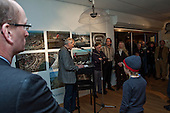 Harry Boon, dagelijks bestuurslid van Wetterskip Fryslân opent de tentoonstelling 'Koppen boven water - 500 jaar bescherming tegen het water' in het Hannemahuis in Harlingen.