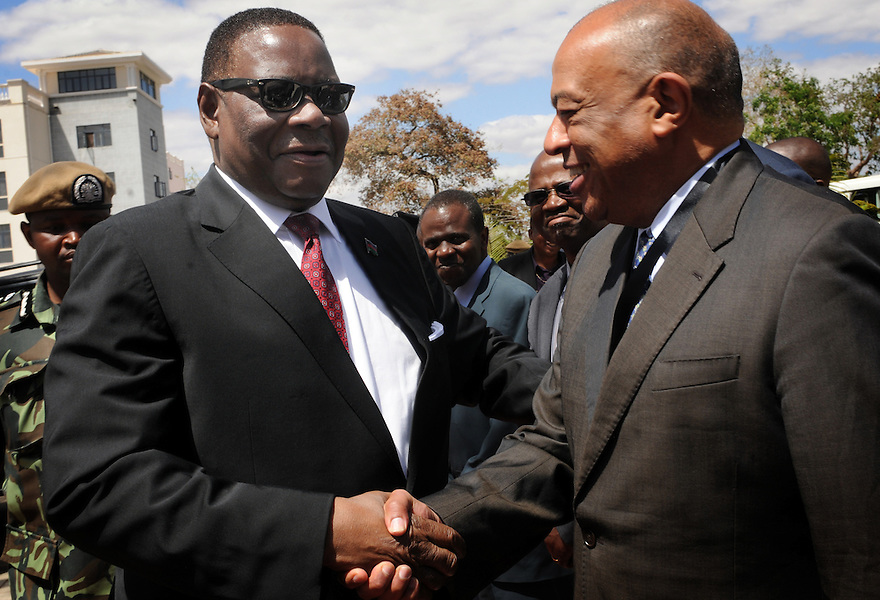 ABLI FORUM 2015. LILONGWE, MALAWI. DAY ONE. MALAWI STATE PRESIDENT, HIS EXCELLENCY, PRESIDENT ARTHUR PETER MUTHARIKA GREETS LORD PAUL YAW BOATANG, ABLI MODERATOR AND FORMER BRITISH CABINET MINISTER15/9/2015. PHOTO BY CLARE KENDALL.