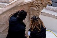 Roma 20 Febbraio 2015<br /> La fontana della Barcaccia a Piazza di Spagna danneggiata dai tifosi del Feyenoord.  Gli archeologi  della sovrintendenza ai Beni Culturali di Roma, hanno riscontrato &laquo;danni permanenti&raquo; alla fontana seicentesca. Tecnici al lavoro sulla fontana della Barcaccia. <br /> Rome February 20, 2015<br /> The Fountain of Barcaccia in Piazza di Spagna damaged by fans of Feyenoord. Archaeologists of the superintendent of Cultural Heritage of Rome, found &quot;permanent damage&quot; to the seventeenth-century fountain. Technicians working on Fountain of Barcaccia.