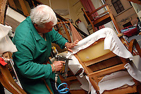 Artigiani a San Lorenzo , quartiere storico di Roma..Craftsmen in San Lorenzo, historic district of Rome. .Laboratorio da tappezziere, a conduzione familiare..Upholsterer laboratory, to conduction familiar....