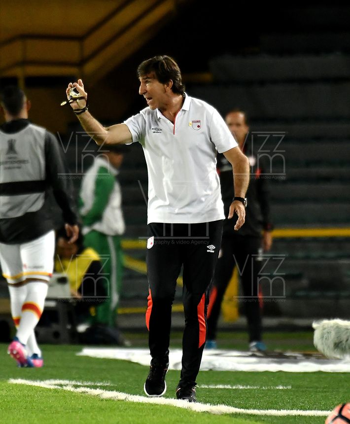 BOGOTA - COLOMBIA – 19 – 04 - 2017: Gustavo Costas, técnico de Independiente Santa Fe, durante partido entre Independiente Santa Fe de Colombia y Santos de Brasil, de la fase de grupos, grupo 2, fecha 3 por la Copa Conmebol Libertadores Bridgestone 2017, en el estadio Nemesio Camacho El Campin, de la ciudad de Bogota. / Gustavo Costas coach of Independiente Santa Fe, during a match between Independiente Santa Fe of Colombia and Santos of Brasil, of the group stage, group 2 of the date 3, for the Conmebol Copa Libertadores Bridgestone 2017 at the Nemesio Camacho El Campin in Bogota city. VizzorImage / Luis Ramirez / Staff.