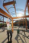 Foto: VidiPhoto<br /> <br /> BAARN - Op spectaculaire wijze wordt woensdag met een enorme kraan op Bomencentrum Nederland in Baarn, het nokstuk geplaatst van een voor Nederland uniek en exclusief groen-congrescentrum. Het complex, voor zo&rsquo;n 500 gasten, met de naam Jardin d&rsquo;Hiverre, oftewel wintertuin, wordt vervaardigd van grenenhout, staal en ruim 1.000 vierkante meter groen en helder glas. Het  is deels in een heuvel gebouwd, met rondom waterpartijen. Twintig 12 meter hoge watercypressen zorgen voor een natuurlijke airco. Via een vernunftig systeem wordt energie teruggewonnen uit warme lucht. Het gebouw rust op een 74 cm. dikke betonnen fundering. In totaal is er ruim 2,4 miljoen kilo beton verwerkt. De bovenbouw bestaat uit 25 ton staal in 950 handgemaakte elementen. Het gebouw is mede ge&iuml;nspireerd op de orangerie van de wereldberoemde Royal Botanic Gardens, Kew in Zuid-Engeland. Opdrachtgever en hoofdaannemer is boomkweker Hans Blokzijl. Het project wordt naar verwachting half februari 2017 opgeleverd.
