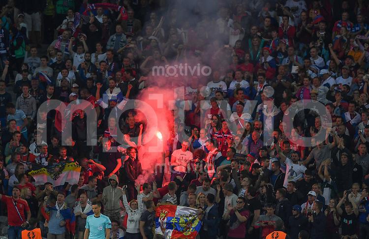 FUSSBALL EURO 2016 GRUPPE B IN LILLE Russland - Slowakei     15.06.2016 Fans brennen im Stadion Pyrotechnik ab