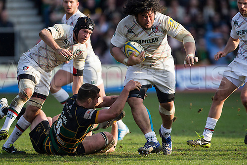29.03.2014.  Northampton, England.  Logovi'i MULIPOLA of Leicester Tigers beats Calum CLARK of Northampton Saints during the Aviva Premiership match between Northampton Saints and Leicester Tigers at Franklin's Gardens.  Final score: Northampton Saints 16-22 Leicester Tigers.