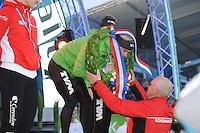SCHAATSEN: AMSTERDAM: Olympisch Stadion, 02-03-2014, KPN NK Sprint/Allround, Coolste Baan van Nederland, eindpodium Heren Allround, Koen Verweij ontvangt de krans van scheidsrechter Jacques de Koning, ©foto Martin de Jong
