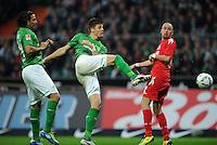 FUSSBALL   1. BUNDESLIGA   SAISON 2011/2012    12. SPIELTAG SV Werder Bremen - 1. FC Koeln                              05.11.2011 Claudio PIZARRO (li) und Sebastian PROEDL (Mitte, beide Bremen) gegen Miso BRECKO (re, Koeln)