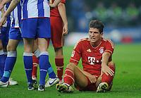 Fussball Bundesliga Saison 2011/2012 26. Spieltag Hertha BSC Berlin - FC Bayern Muenchen Mario GOMEZ (FCB) sitzt nach einem Tritt in den Schritt am Boden.