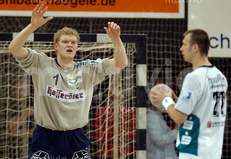 Handball Herren 1.Bundesliga 2003/2004 Goeppingen (Germany) FrischAuf! Goeppingen - SC Magdeburg (34:37) Siebenmeter: Johannes Bitter (SCM) im Tor gegen Aleksandar Knezevic (FAG)