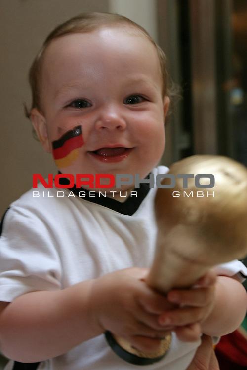 FIFA WM 2006 -  Semi Finals / Halbfinale<br /> Play    #61 (04-Juli) - Deutschland - Italien<br /> <br /> Feature Fan Stimmung von der Nordseeinsel Norderney<br /> <br /> Auch Klein Enzo ( 3 Monate aus Frankfurt ) ist sich sicher, dass der Pokal nach Deutschland geh&ouml;rt<br /> <br /> Foto &copy; nordphoto <br /> <br />  *** Local Caption ***
