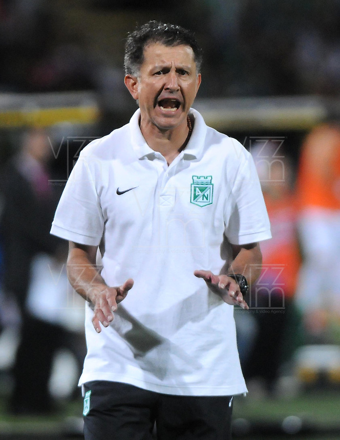 MEDELLIN - COLOMBIA - 07-09-2013: Juan Carlos Osorio, técnico del Atletico Nacional durante el partido en el estadio Atanasio Girardot de la ciudad de Medellin, septiembre 7 de 2013. Atletico Nacional y Deportes Quindio durante partido por la quinta fecha de las de la Liga Postobon II. (Foto: VizzorImage / Luis Rios / Str). Juan Carlos Osorio coach of Atletico Nacional during a math in the Atanasio Girardot Stadium in Medellin city, September 7, 2013. Atletico Nacional and Deportes Quindio in a match for the fifth round of the Postobon II League. (Photo: VizzorImage / Luis Rios / Str).