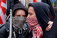 Milano 1 Maggio 2015<br /> Mayday NoExpo <br /> Scontri manifestanti polizia durante la manifestazione a Milano,contro l'apertura dell'Esposizione universale Milano 2015.   Tenerezze tra ragazze prima della manifestazione.<br /> Milan, May 1, 2015<br /> Mayday NoExpo<br /> Clashes protesters against police during the demonstration in downtown Milan, to protest against Universal Exposition Milano 2015. Tenderness between girls before the demostration.