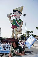Roma, 2 Giugno 2012.I movimenti del Forum Acqua Bene Comune manifestano per chiedere l'attuazione dell' esito referendario contro la privatizzazione dell'acqua.Il sindaco di Roma Gianni Alemanno raffigurato come Pinocchio