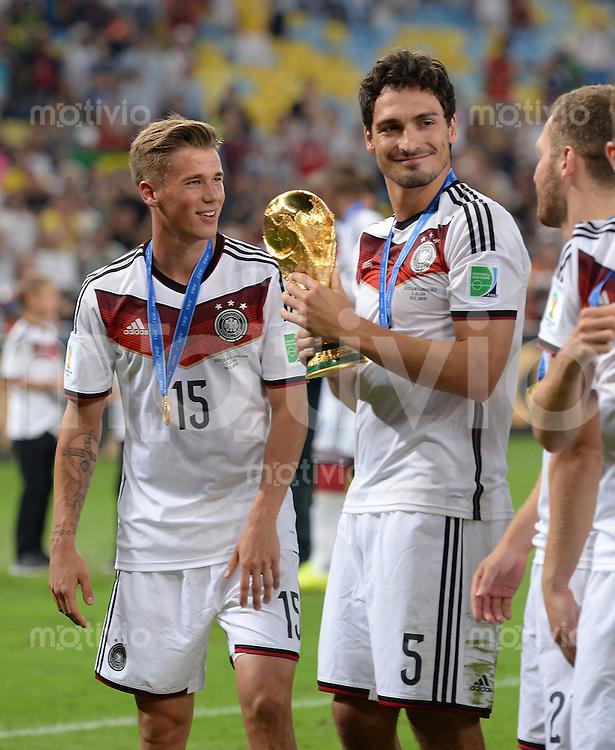 FUSSBALL WM 2014                       FINALE   Deutschland - Argentinien     13.07.2014 DEUTSCHLAND FEIERT DEN WM TITEL: Erik Durm und Mats Hummels (v.l.) jubeln mit dem WM Pokal