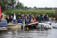 SKUTSJESILEN: GROU: SKS skûtsjesilen, Friese Sporten, 30-07-2011, Fryslân, publiek in bootjes langs het wedstrijdwater, ©foto Martin de Jong..