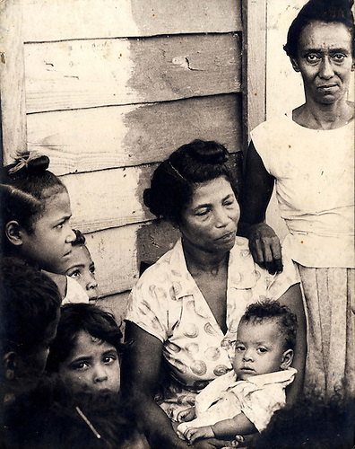Trabajadoras del campo a la espera  de los maestros voluntarios de la Campaña Nacional de Alfabetización de Adultos, 1971 © Apeco.