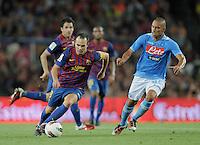 FUSSBALL  INTERNATIONAL   SAISON 2011/2012   22.08.2010 Gamper Cup FC Barcelona - SSC Neapel Andres Iniesta (li, Barca) gegen Goekhan Inler (re, Napoli)