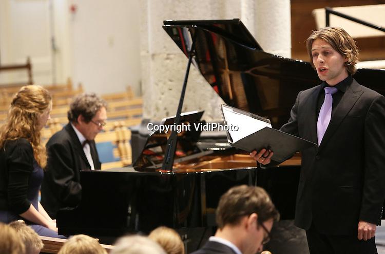 Foto: VidiPhoto..AMERSFOORT - Repetitie en uitvoering van de Reformatorische Oratoriumvereniging Sonante Vocale, een van de 'jongste' oratoriumverenigingen van Nederland, in de St. Joriskerk in Amersfoort van de Lutherse missen van o.a. Bach. Leon van Liere, tenor..