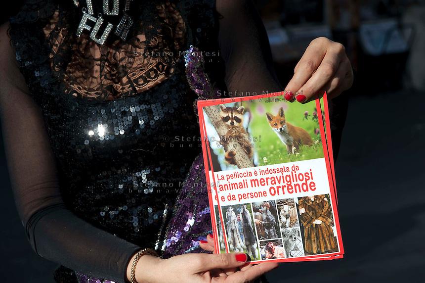 Roma, 19 Dicembre  2011.Il Flash mob della associazione animalista Animals Asia Foundation contro le pellicce a Via Del Corso