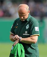 FUSSBALL   DFB POKAL   SAISON 2011/2012  1. Hauptrunde FC Heidenheim - Werder Bremen              30.07.2011 Enttaeuschung bei Trainer Thomas Schaaf (SV Werder Bremen) schaut auf die Uhr